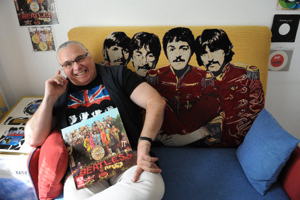mr's                 beatles sofa